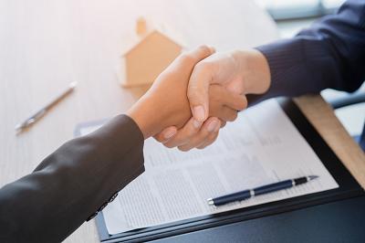 Baisse des taux de l'immobilier : comment bien choisir son courtier immobilier à Lyon